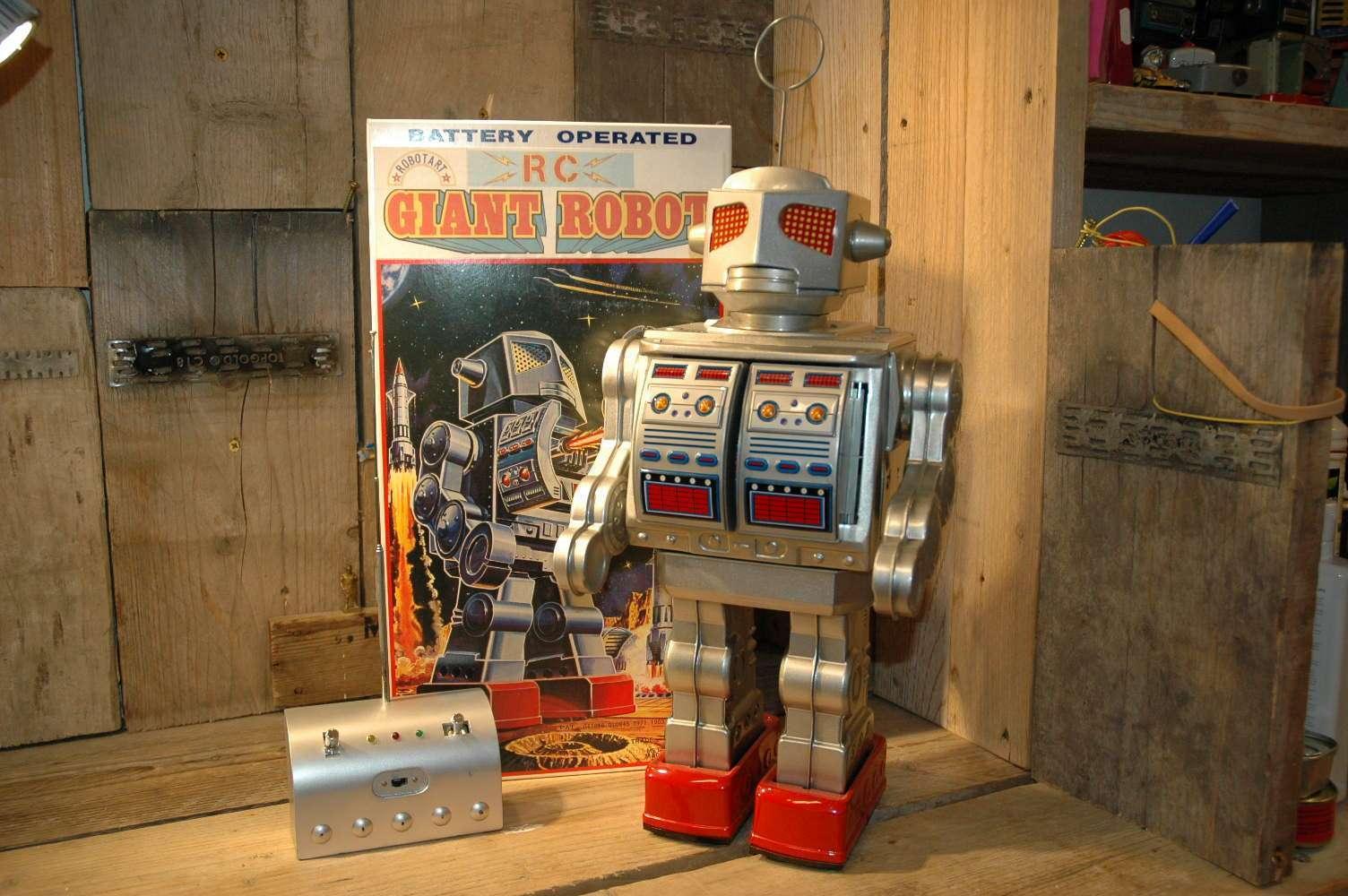 Robot Art / Osaka Tin Toy Institute - RC Giant Robot Prototype